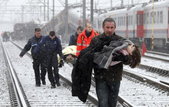 Rescuers evacuate injured people