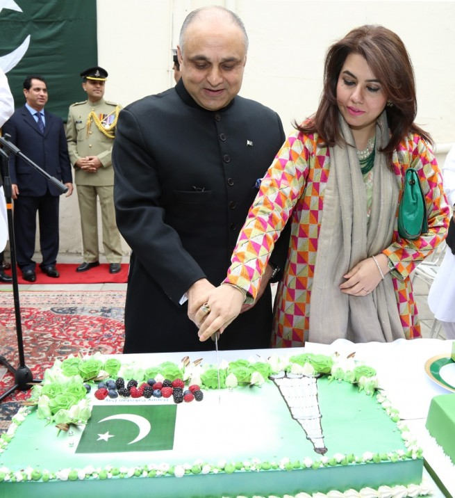 Syed Ibne Abbas, Pakistan High Commissioner to the UK, together with his spouse cutting the cake on Pakistan Day at Pakistan High Commission London on 23-3-2016