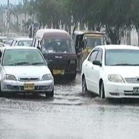Intermittent rain disrupts routine life in Karachi