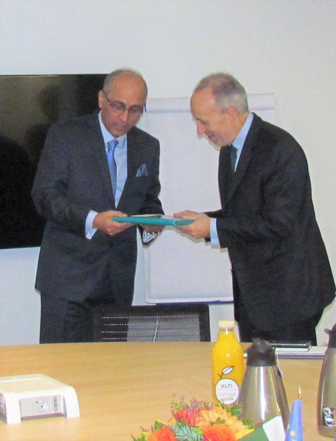 Ambassador of Pakistan to France Moin ul Haque is presenting souvenir to Mr. Philippe Jamet President during is visit to CGE in Paris, today.(4.01.